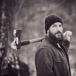 life4beard.ru лесоруб с топором на плече бородой усами зимой отращивать бороду