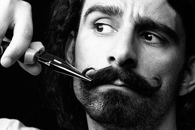 life4beard.ru самостоятельная стрижка усов мужчина с усами ножницы