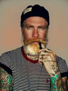 life4beard.ru как-покрасить-бороду-2 мужчина с бородой и трубкой