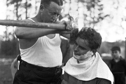 мужик бреет парня топором бритье топором life4beard.ru