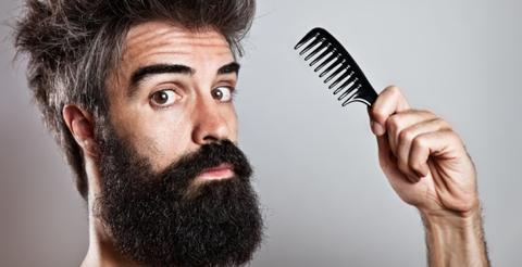 мужик бородой и расческой мужчина борода бородач life4beard.ru